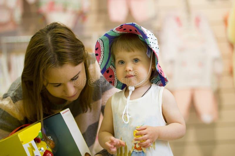 Download Portret Van Meisje In De Hoed Met Haar Moeder Bij De Kinderen` S Opslag Stock Foto - Afbeelding bestaande uit choosing, kinderen: 114226154