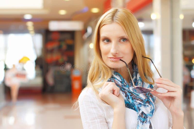 Portret van meisje in de winkel stock afbeelding
