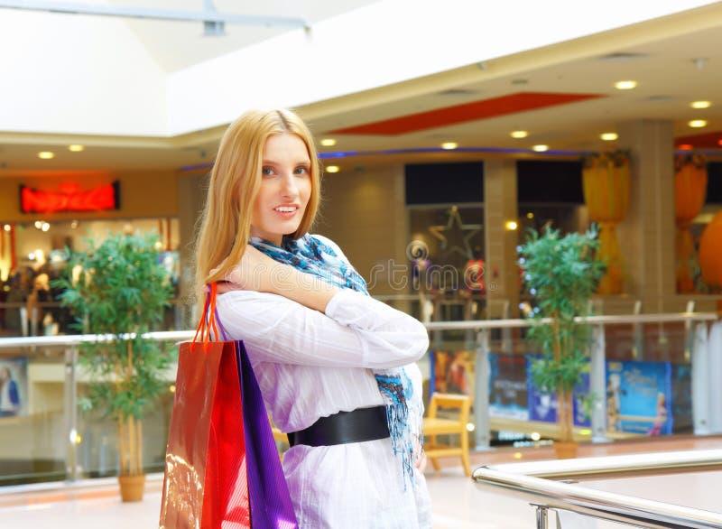 Portret van meisje in de winkel royalty-vrije stock afbeeldingen
