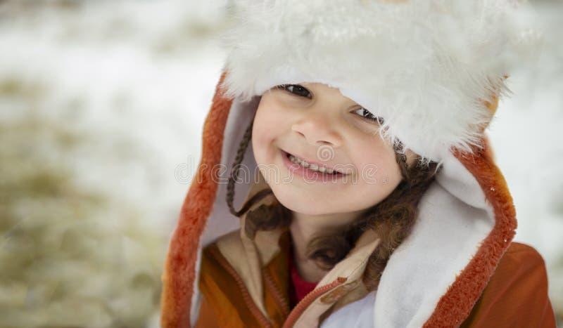 Portret van meisje in de winterhoed en jasje royalty-vrije stock foto's