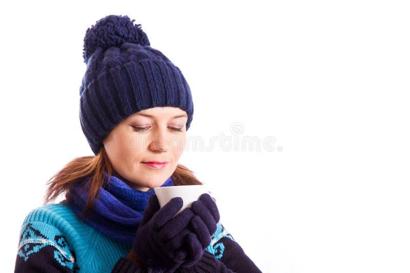 Portret van meisje in de winterhoed met een witte Kop in zijn handen royalty-vrije stock fotografie
