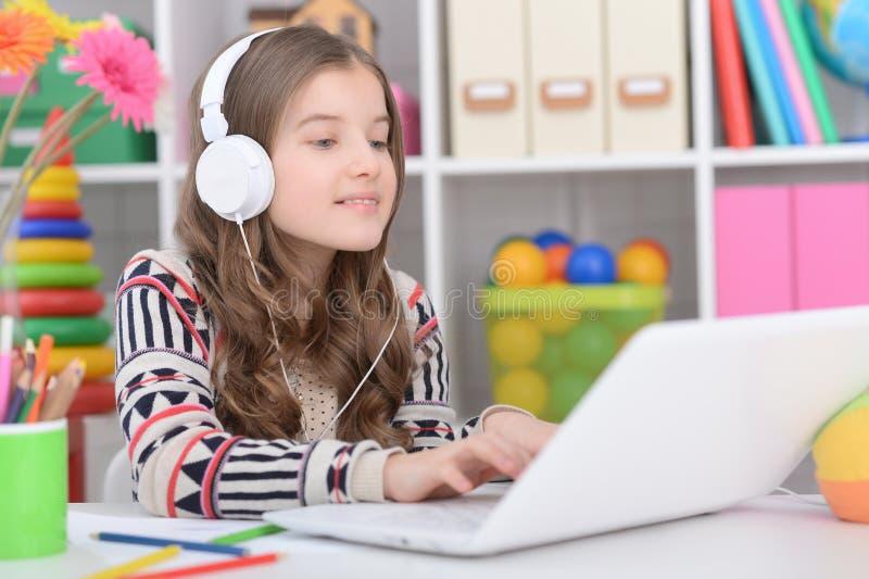 Portret van meisje die moderne laptop met behulp van stock foto's