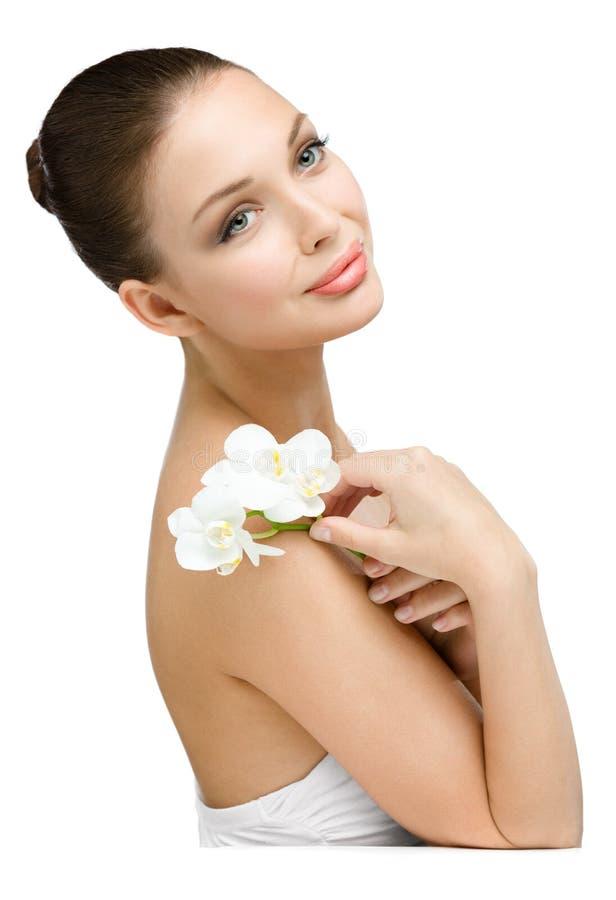 Portret van meisje die witte orchidee overhandigen stock afbeelding