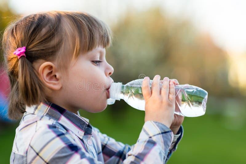 Portret van meisje drinkwater openlucht royalty-vrije stock afbeeldingen