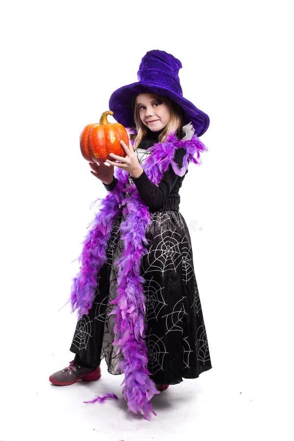 Portret van meisje in heksenkostuum met pompoen Halloween-karakter stock foto's