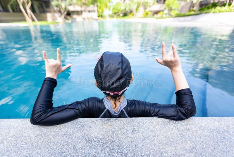 Portret van meisje het ontspannen in zwembad, meisje die in zwempak van het water genieten royalty-vrije stock foto's