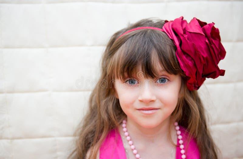 Portret van meisje met bloemhoofdband royalty-vrije stock afbeelding