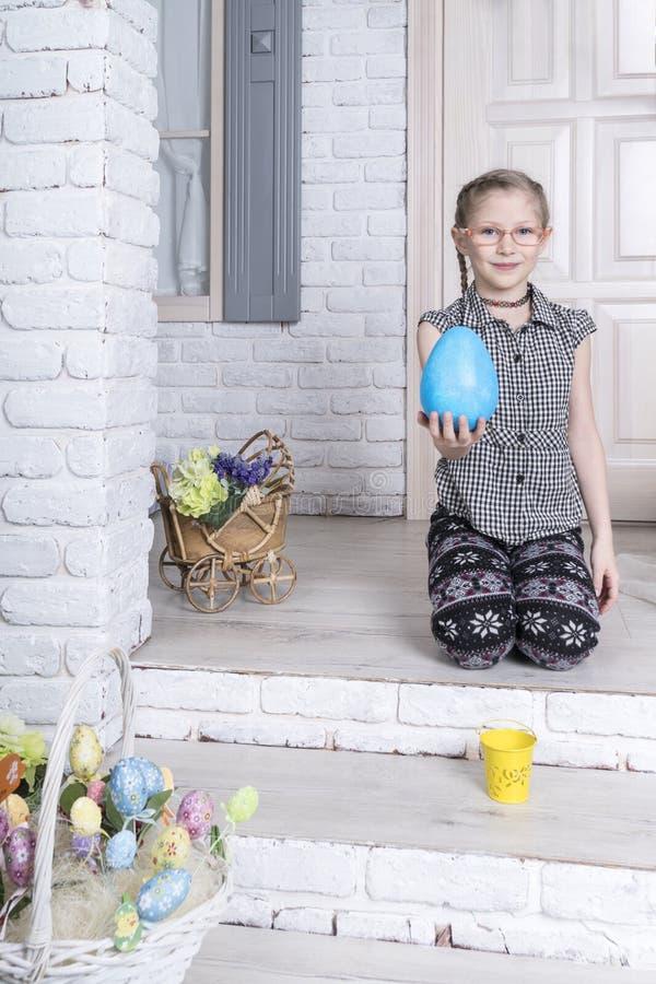 Portret van meisje met een ei stock fotografie