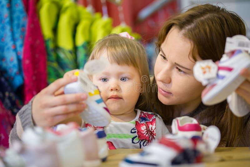 Download Portret Van Meisje Met Haar Moeder Die Schoenen Kiezen Stock Foto - Afbeelding bestaande uit aankoop, selecting: 114225642