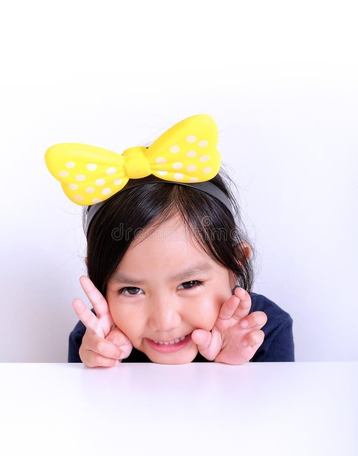 Portret van meisje met handgebaar stock afbeeldingen