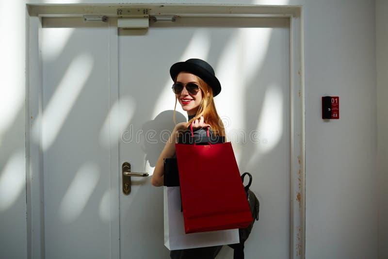 Portret van in meisje na het winkelen stock afbeelding