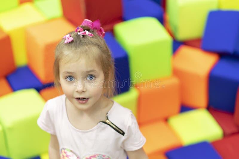 Portret van meisje op zachte kubussen stock afbeelding