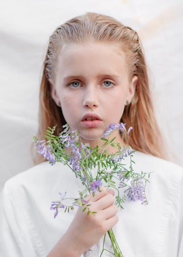 Portret van meisje in openlucht stock fotografie