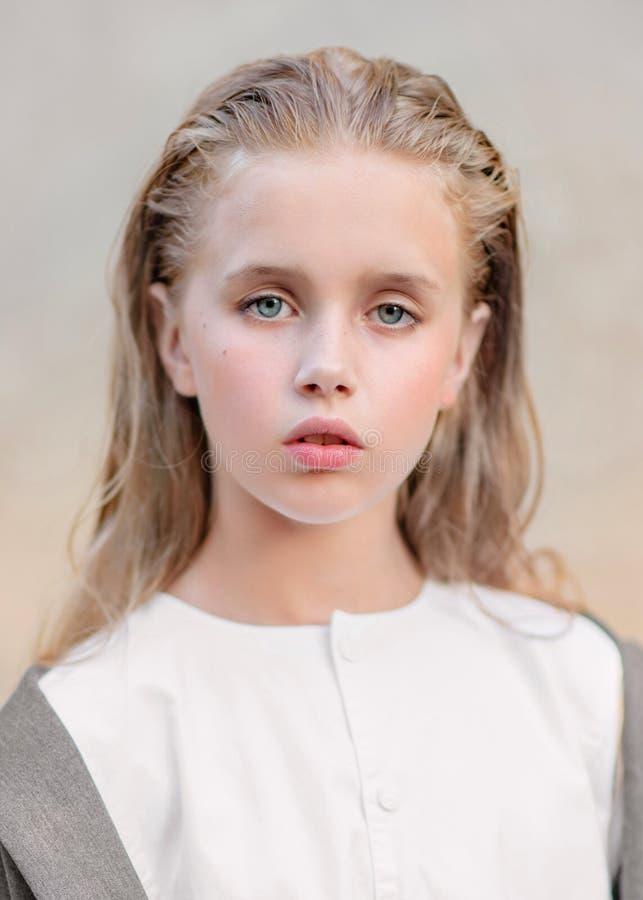 Portret van meisje in openlucht stock afbeelding