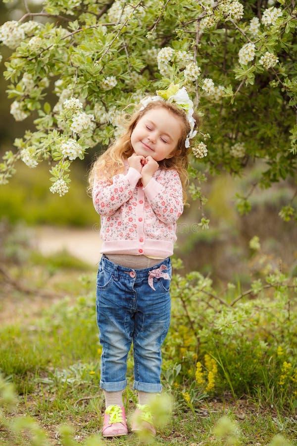 Portret van meisje in openlucht in een weelderige tuin royalty-vrije stock foto's