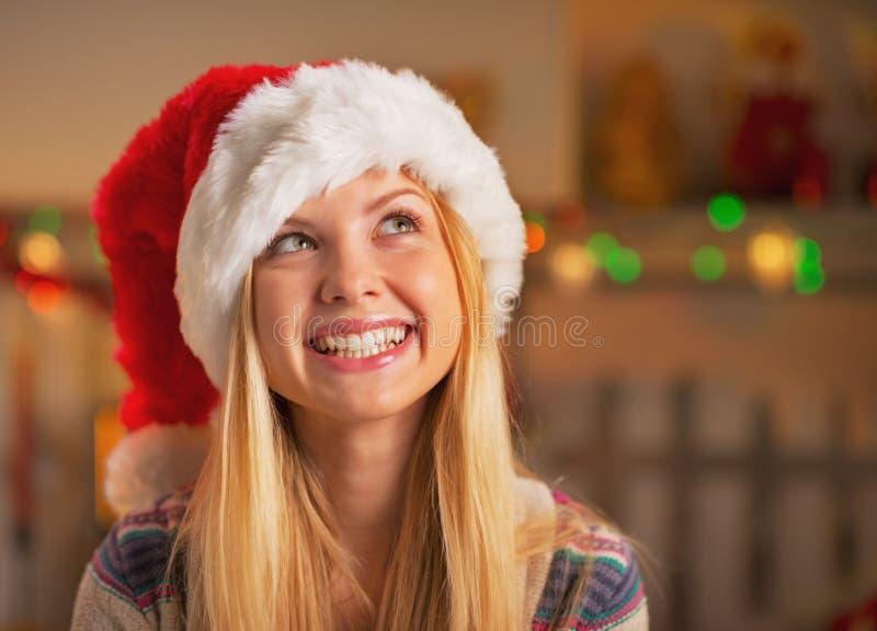 Portret van meisje in santahoed die op exemplaarruimte kijken royalty-vrije stock afbeelding