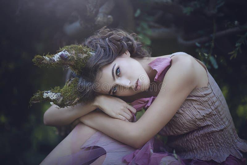 Portret van meisje verrukte Prinses met hoornen Meisjes Mystiek schepsel fawn in sjofele kleren in een feebos royalty-vrije stock fotografie