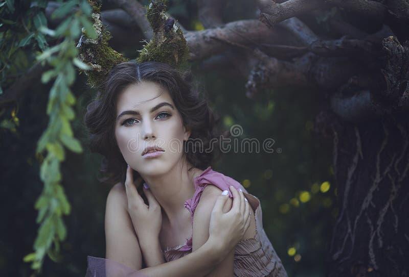 Portret van meisje verrukte Prinses met hoornen Meisjes Mystiek schepsel fawn in sjofele kleren in een feebos royalty-vrije stock afbeelding