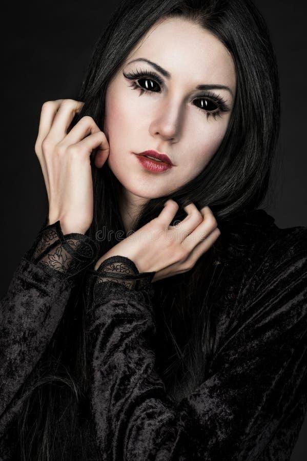 Download Portret Van Meisje-vreemdeling Met Zwarte Ogen Stock Foto - Afbeelding bestaande uit kwaad, monster: 54080884