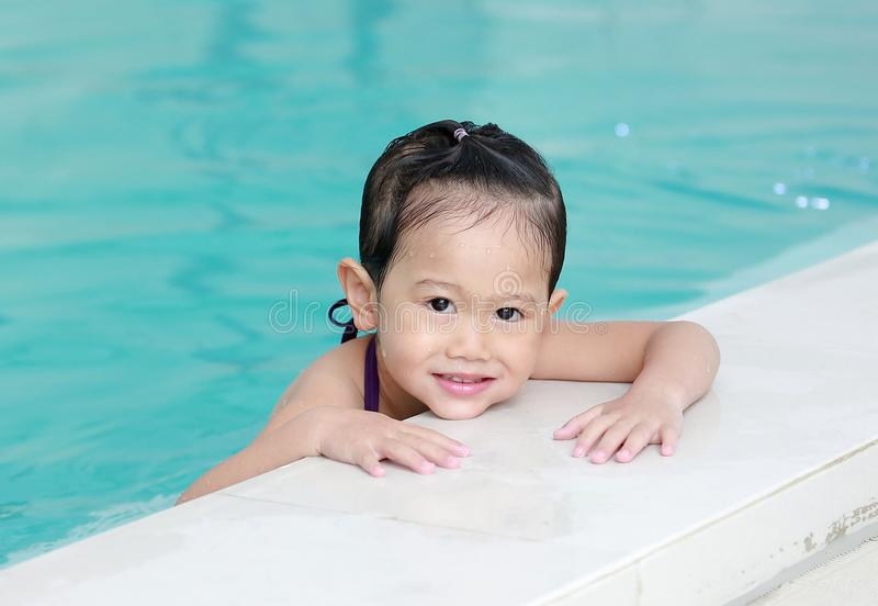Portret van meisje in zwembad royalty-vrije stock foto's