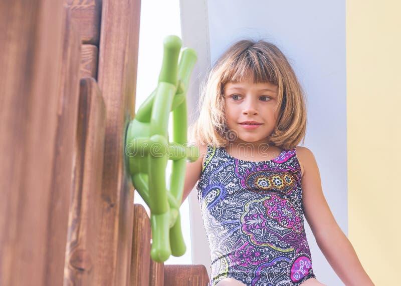 Portret van meisje in zwempak op zonnige dag buiten het concept de zomerrecreatie, reis en geniet van het leven stock afbeelding