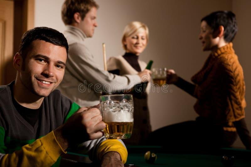 Portret van mens het drinken bier bij snooker stock fotografie
