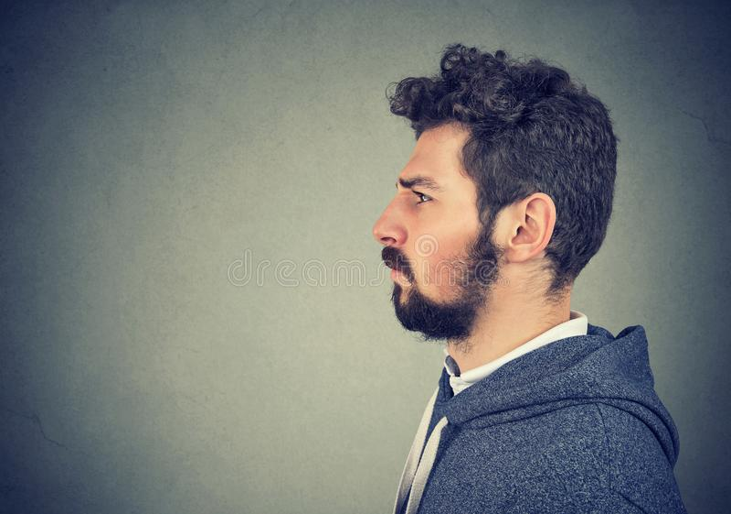 Portret van mens het fronsen stock fotografie