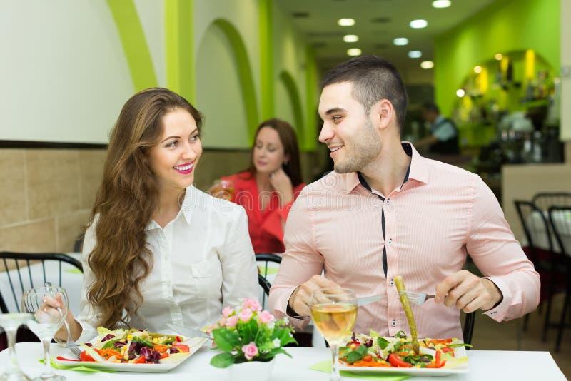 Portret van mensen bij het restaurant royalty-vrije stock afbeelding