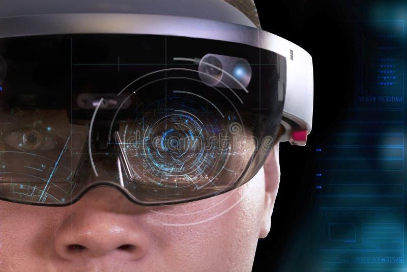 Portret van mensen die vr wereld van de hoofdtelefoon de virtuele werkelijkheid met microsoft hololens 1 dragen royalty-vrije stock foto