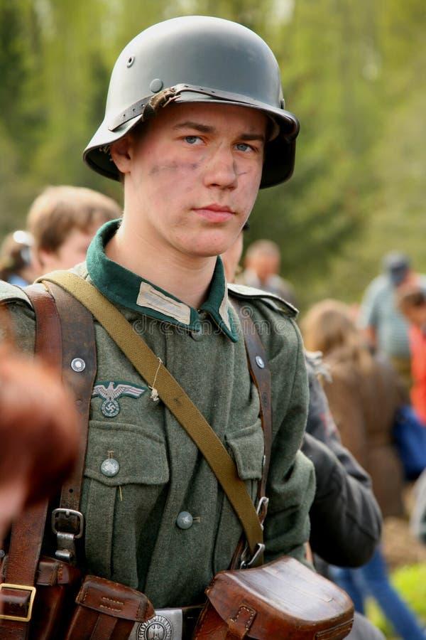 Portret van militair aangaande - enactor in Duitse eenvormige Wereldoorlog II Duitse militair stock afbeelding