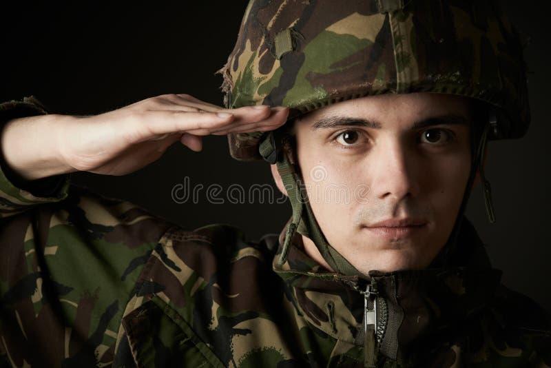 Portret van Militair In Uniform Saluting royalty-vrije stock afbeeldingen