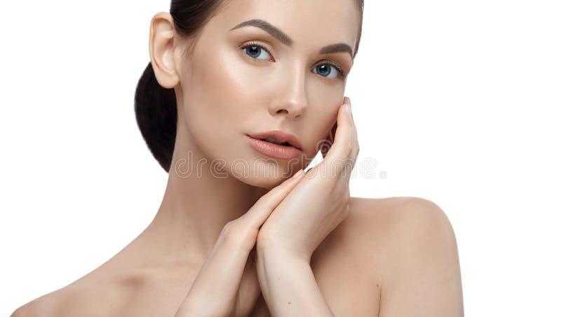Portret van model met het perfecte gezicht stellen wat betreft haar gezicht stock foto's