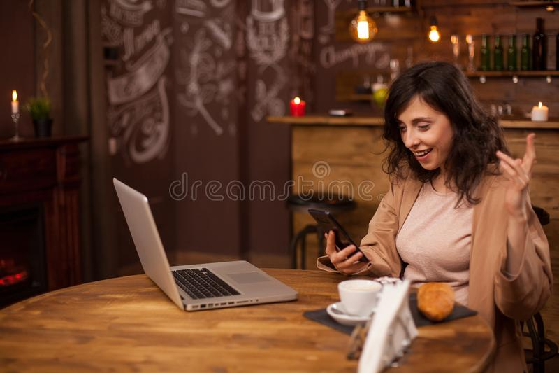 Portret van moderne vrouwelijke ondernemer die smartphone in een telefonische vergadering gebruiken stock foto