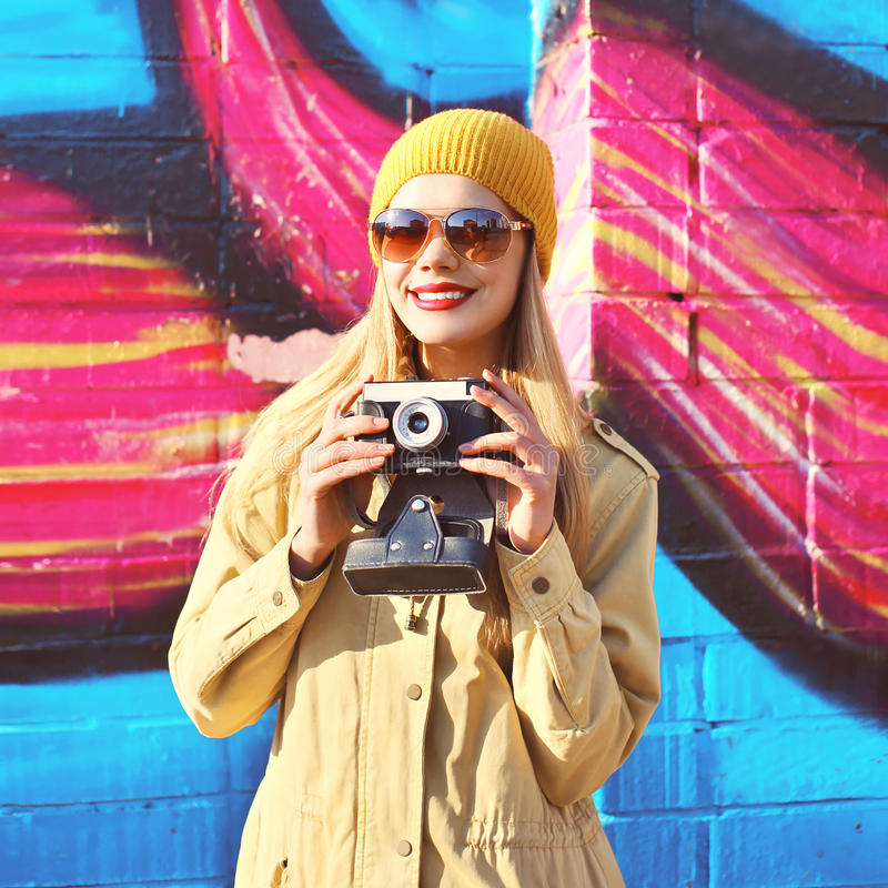 Portret van modieus glimlachend meisje met oude retro camera royalty-vrije stock afbeelding