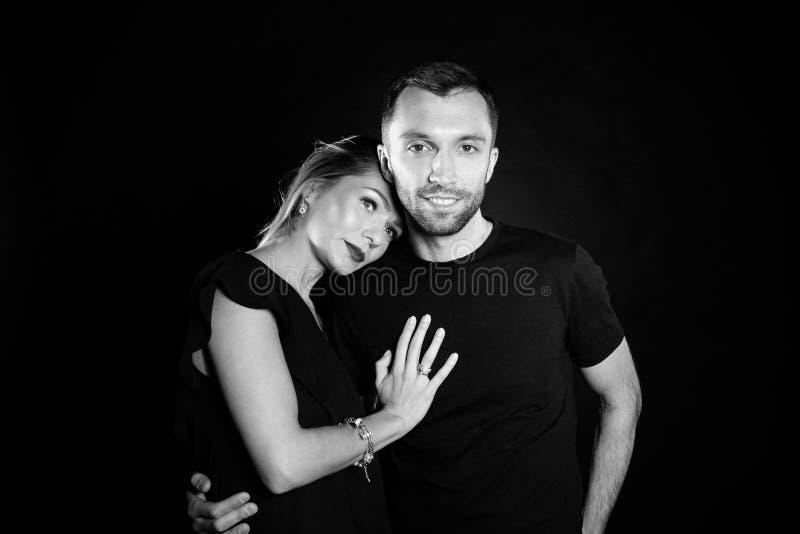 Portret van modieus jong paar, mooie vrouw en de knappe mens stock foto