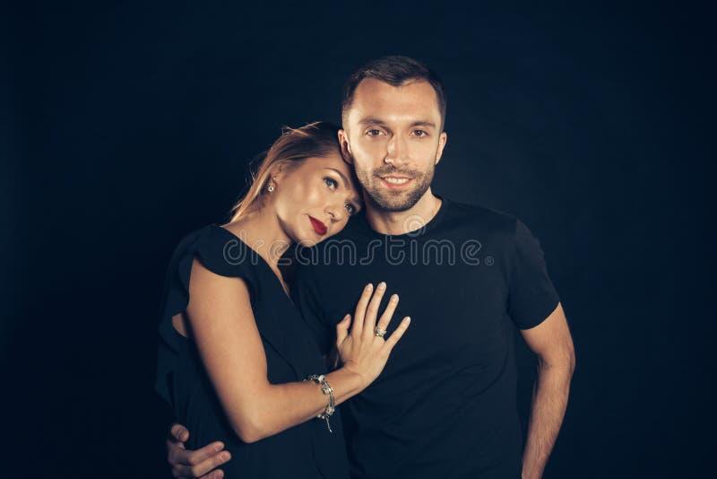 Portret van modieus jong paar, mooie vrouw en de knappe mens royalty-vrije stock foto