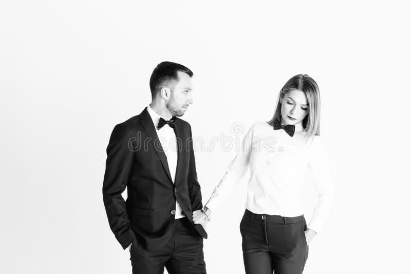 Portret van modieus jong paar, mooie vrouw in wit overhemd stock foto