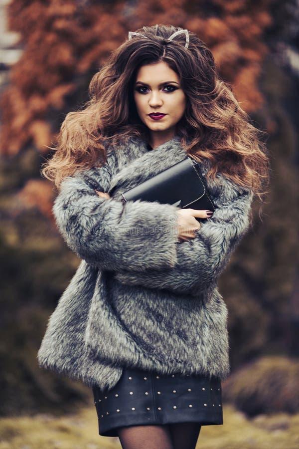 Portret van modieus meisje na schoonheidssalon die buiten stellen royalty-vrije stock afbeelding