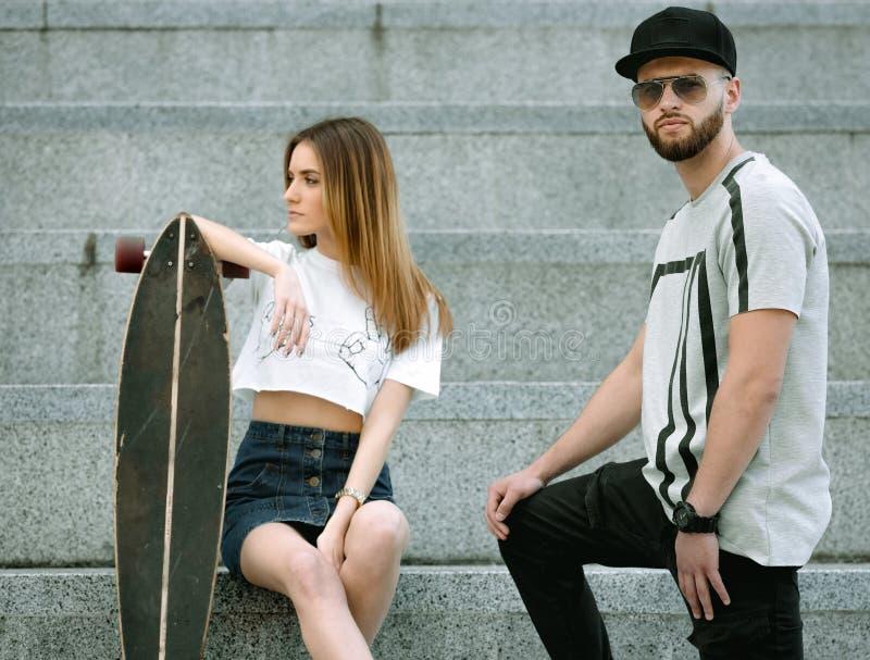 Portret van modieus paar in een stedelijke plaats stock foto's