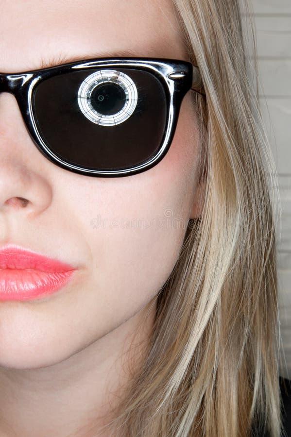 Portret van modieus toevallig meisje met zonnebril royalty-vrije stock foto
