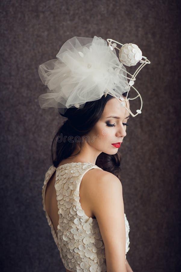 Portret van modieuze bruid met buitengewone headwear stock afbeeldingen