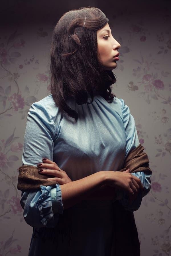 Portret van modieuze en betoverende dame in een uitstekende ruimte stock afbeelding
