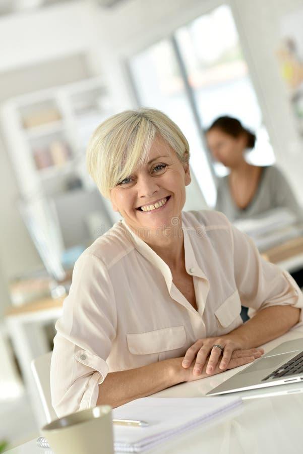 Portret van modieuze hogere vrouw op kantoor royalty-vrije stock fotografie