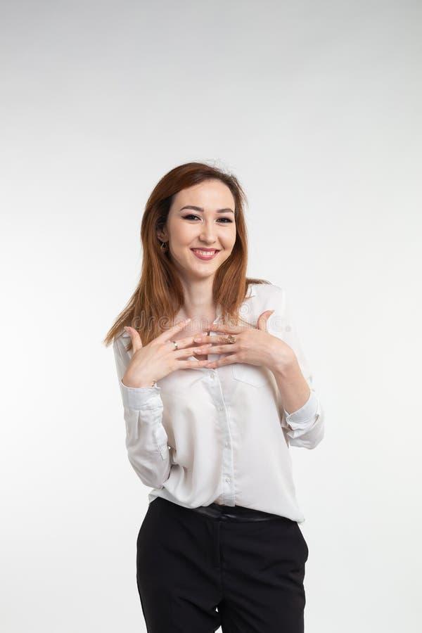 Portret van modieuze mooie Aziatische vrouw in elegante kleren over witte achtergrond stock afbeelding