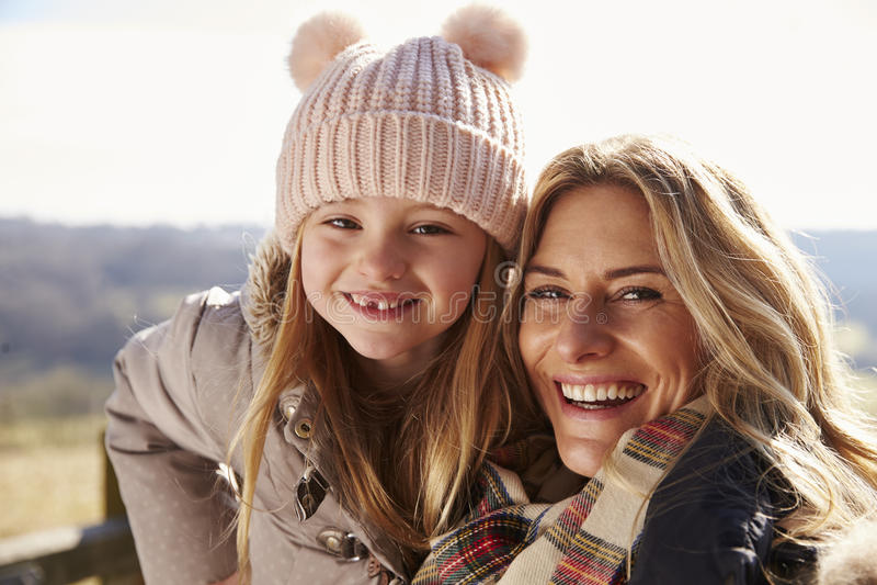 Portret van moeder en dochter die in het platteland glimlachen stock foto