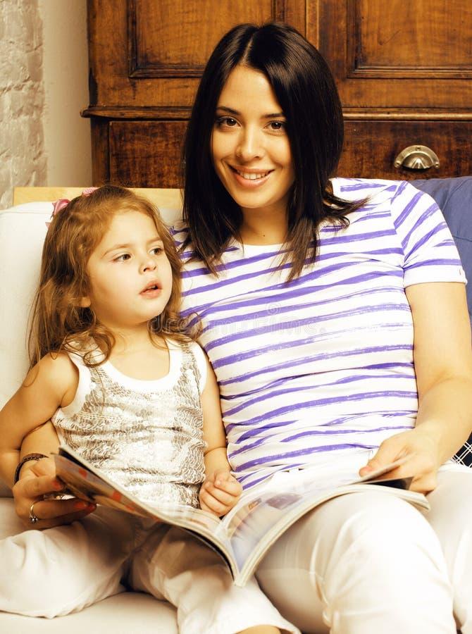 Portret van moeder en dochter lat huis, gelukkige familie royalty-vrije stock afbeelding