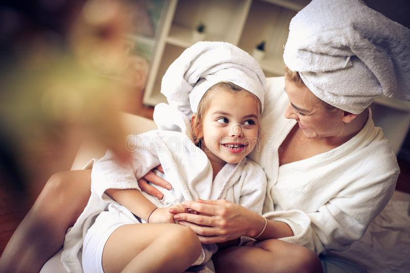 Portret van moeder en dochter na bad nadruk op dochter royalty-vrije stock afbeelding