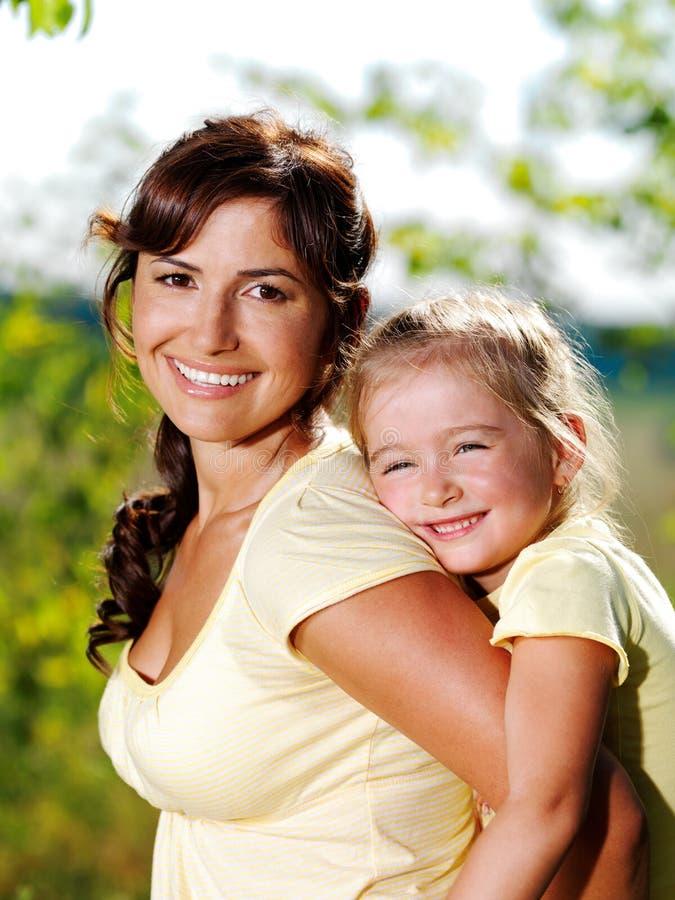Portret van moeder en dochter in openlucht stock foto