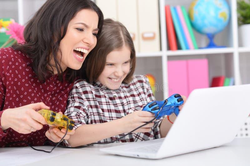 Portret van moeder en dochter speelcomputerspel royalty-vrije stock afbeelding