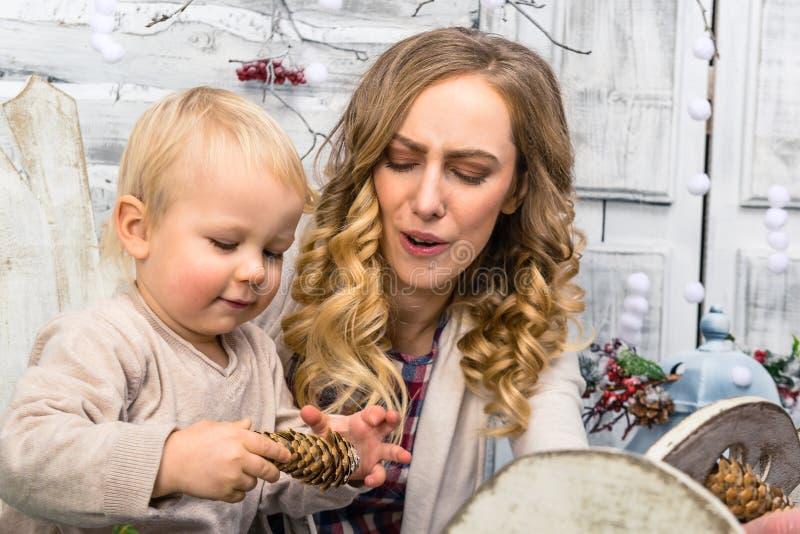 Portret van moeder en haar zoon in de verfraaide ruimte Little Boy stock afbeelding